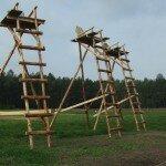 Gotowe zwyżki wolnostojące, budowane za Cześkową stodołą.