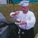 Szef kuchni polowej serwuje bogracz